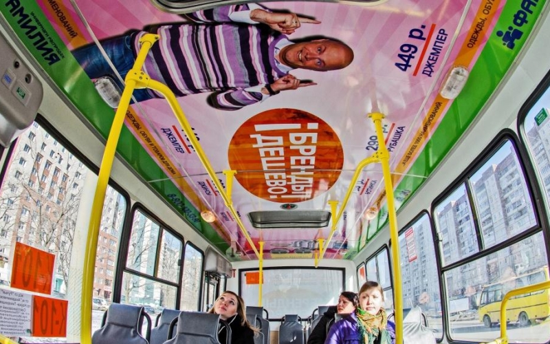 реклама внутри троллейбуса